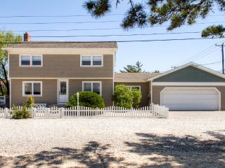 New Listing! Vibrant & Spacious 4BR North Beach House w/Wifi, Tiki Bar on Private Deck & Outdoor Shower – Walking Distance from the Ocean, Bay, Shopping & More!, Long Beach Township