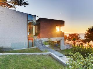 Beautifully Designed 3BR Montara House w/Wifi, Rooftop Deck & Panoramic Ocean Views - Walk to the Beach & Mountain Trails! 20 Minutes to San Francisco