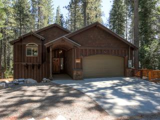 Charming 3BR House West of Donner Lake & Truckee - Minutes from Sugar Bowl, Northstar & Squaw Valley *Hike & Snowshoe from the Front Door!*, Soda Springs