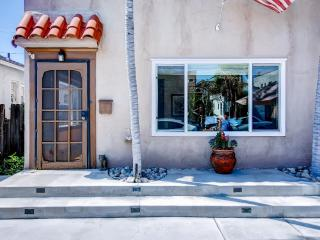 'Casa Covina' Beautifully Remodeled 1BR Long Beach Duplex House w/Wifi & Private Patio - In the Heart of Belmont Shore, Just 1 Block From the Beach & 2nd Street!