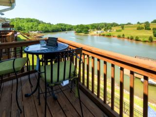 Lakeside 3BR Hardy Townhome in Mint Condition w/Wifi, Brand New Furnishings, Gas Grill & Multiple Private Decks – Less Than 5 Minutes From Boat Rentals, Restaurants, Brewery & More!