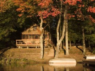 Waterfront cottage, private beach, huge deck, Northwood