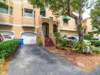 Ideally Located 4BR Sunrise Townhome w/Wifi & Full Kitchen - Easy Access to Sawgrass Mills & Markham Park! 15 Miles From the Beach