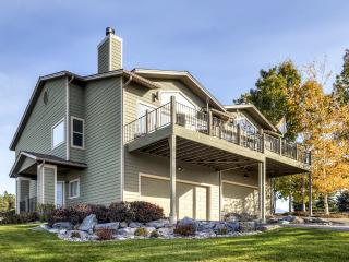 New Listing! Cozy 3BR Bigfork Townhome w/Fireplace, Private Deck & Impressive Mountain Views - Great Location, Near Flathead Lake & 30 Minutes From Glacier National Park!, Somers