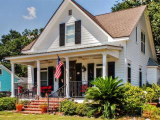 'The Flounder Inn' Delightful 4BR Gulfport House - Spend Time Southern Style or Parade in for Mardi Gras! 1 Block from Beach & Cruise Central, Minutes to Downtown, Casinos, & Boat Launch
