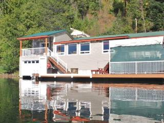 Stay Right on the Water of Bottle Bay!, Sandpoint