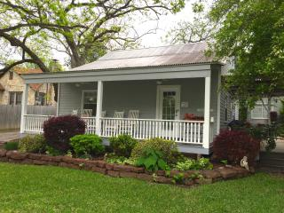 Quaint Cozy Cottage, Walking Distance to Downtown, New Braunfels