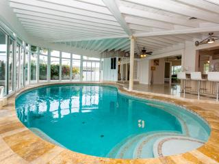 Waterfront home, mins to the beach indoor pool!, Pompano Beach