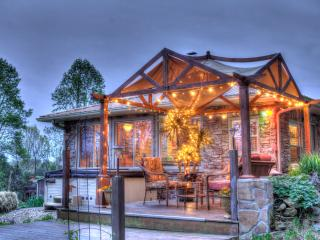 3BR 'Holston River Retreat' - Minutes from UT Campus, Football, Downtown Knoxville & Special Events - Great Patio w/ Hot Tub, Grill, Fire Pit & More! Buy 4 Nights Get 5th Free!