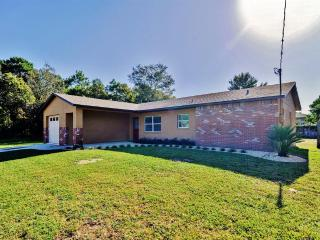 Rates Reduced until May! Light & Bright 3BR Spring Hill Home w/Wifi, Private Deck & Wide Open Backyard - Totally Renovated! Easy Access to Golf, Restaurants, Nightlife, Weeki Wachee Attractions & More!