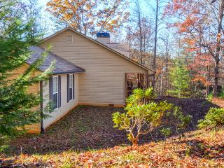 'Serenity Retreat, Blairsville' 3BR Home in the Northeast Georgia Mountains w/Wifi, Fireplace & Beautiful Views - Close to Restaurants, Shops & State Parks!