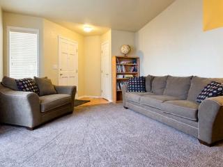 15% Off! Inviting 3BR Boise Townhome w/Wifi & Private Backyard - Centrally Located Near BSU, Shopping, Boise Greenbelt, Outdoor Recreation & More!