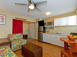 Charming Condo with Full Kitchen Short Stroll  to Beaches and Attractions, Honolulu
