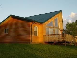 Cottage on the Beach 2 Hrs from Winnipeg w/Hot Tub, The Narrows
