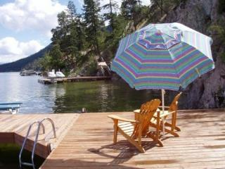 Lakefront Okanagan Vacation Home Dock & Boat lift, Kelowna