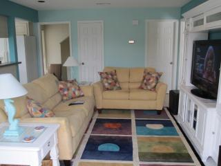 Tropical Island Getaway - Stroll 1 Block to Beach, Fernandina Beach