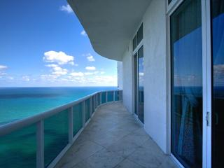 Ocean front view and private beach acces, Sunny Isles Beach