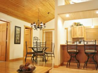 By S.D.C.! - INDOOR POOL - King Beds - Jetted Tubs, Branson