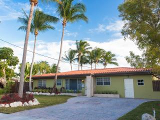 Waterfront 3 Bedroom/2 bathroom home with pool., North Miami