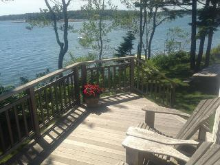 Charming Oceanfront Cottage Steps from the Ocean!, South Thomaston