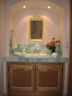 The half bath porcelaine de Paris with a sink and wc.