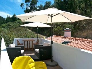 NEW. Minutes from the Beach w/ Rooftop Lounge, Odeceixe