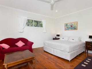Jungara Cairns Bed and Breakfast Frangipani Room, Redlynch