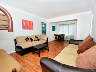 7 Min to Beach/Pier up to 12 people, North Miami Beach