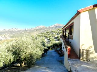Spacious chalet with garden & WiFi, Martos