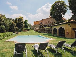 Enchanting 9-bedroom mansion in Cal Bernadas, with outdoor AND indoor swimming pools, just 40km from, Castelltercol
