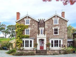 WHEEL BARROW CASTLE, detached, pet-friendly, enclosed garden, woodburning stove, WiFi, Leominster, Ref 904281