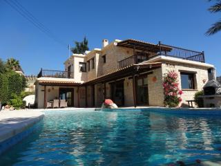 Luxury 3 bed Villa, with Private Infinity Pool, Peyia