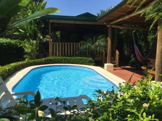 Ocean Melody: walking distance from beaches, pool!, Uvita