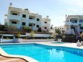 2 Bed Apt With Communal Pool & Views, Carvoeiro
