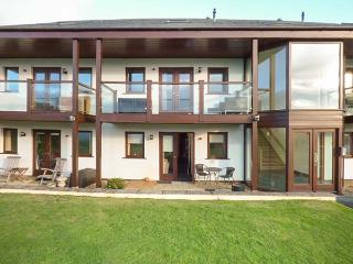 WHITE LODGE APARTMENT luxurious, open plan, sea views, beach nearby, ground floor in Mawgan Porth Ref 932216