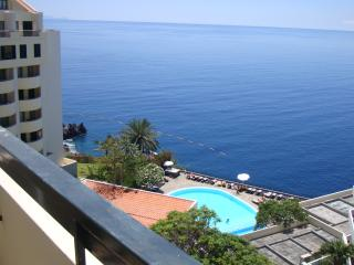 Sunny and central apartment with pool & sea view, Funchal