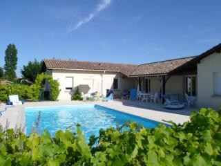 Modern villa with pool and large garden, Duras