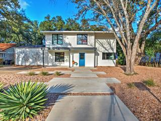 Trendy 4BR Austin Home w/Wifi, Modern Furnishings & Gorgeous Views - Located Right Next to Austin City Limits Music Festival & 2 Miles from Downtown!
