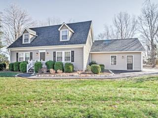 New Listing! 'The Oasis' Warm & Cozy 4BR Massanutten House w/Wifi, Private Hot Tub, Game Room, Spacious Yard & Lovely Pasture Views - Minutes to Golf, Skiing & Water Park!, McGaheysville