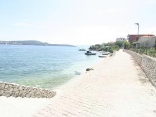 Apartment for 4 with sea view 10 m from the sea, Donji Seget