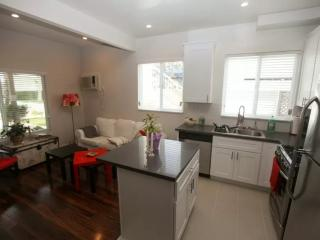 STUNNING AND BEAUTIFULLY FURNISHED 1 BEDROOM APARTMENT, Beverly Hills