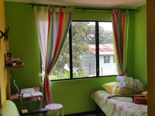 Quiet 3 Bedroom, 2.5 BR Home 10 Minutes to Airport, Alajuela