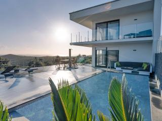 Luxery villa with private pool and Landrover Jeep, Split