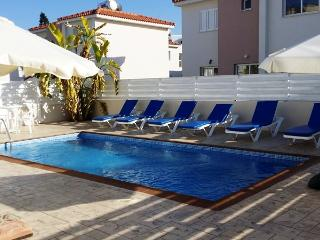 Villa Molly - Centre of Pernera 2 minutes to beach, Protaras