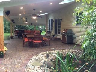 Close to campus, sleeps 11,  hot tub, large patio, South Bend