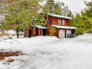 Beautiful cabin between the mountain & the lake w/ hot tub, Sandpoint