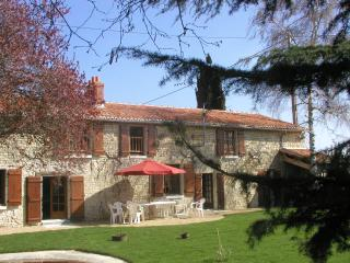 Spacious **** Farmhouse with walled garden + pool, Richelieu