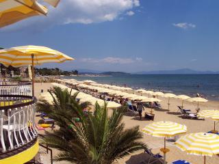 Beach front! Family friendly house 7 sleeps, Formia