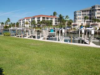 Condo on the water with walking distance to beach, Marco Island