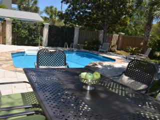 Large Groups! Pvt heated pool! Plus Pvt Apartment!, Destin